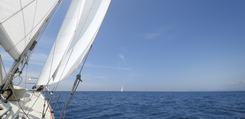 Denn ein Schiff erschaffen, heißt nicht, die Segel hissen, die Nägel schmieden, die Sterne lesen, sondern die Freude am Meer wachrufen.